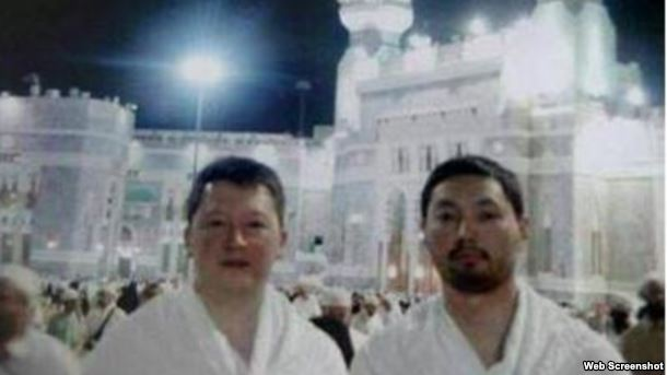 """Фото, выложенное в блог в """"Живом журнале"""", в описании которого говорится, что снимок Кенеса Ракишева и Тимура Кулибаева сделан во время хаджа."""